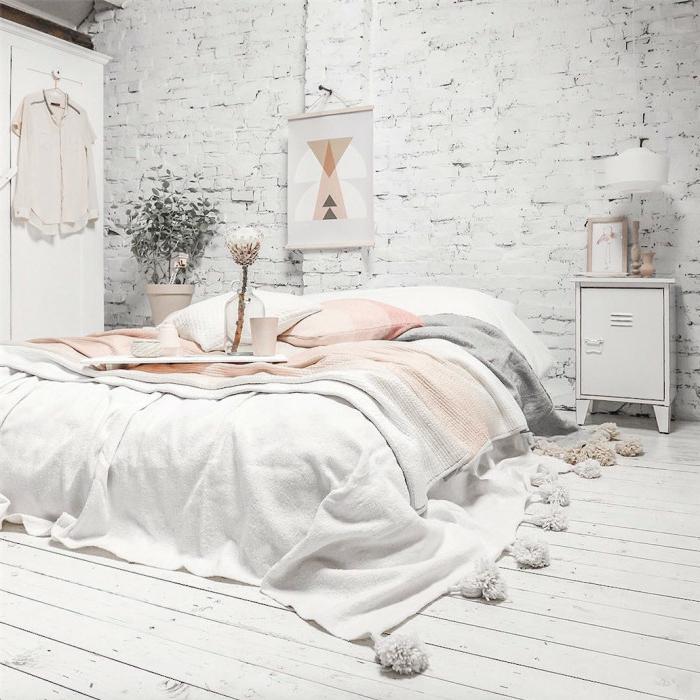 chambre bohème blanche, sol en planches blanches, mur briques blanches, décoration chambre adulte moderne, couverture de lit blanche avec franges