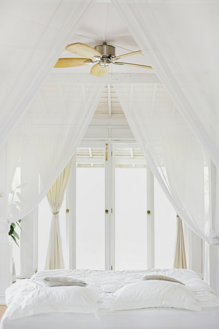 chambre super blanche, lampe ventilateur, voiles blancs, décoration chambre adulte moderne, chambre toute blanche
