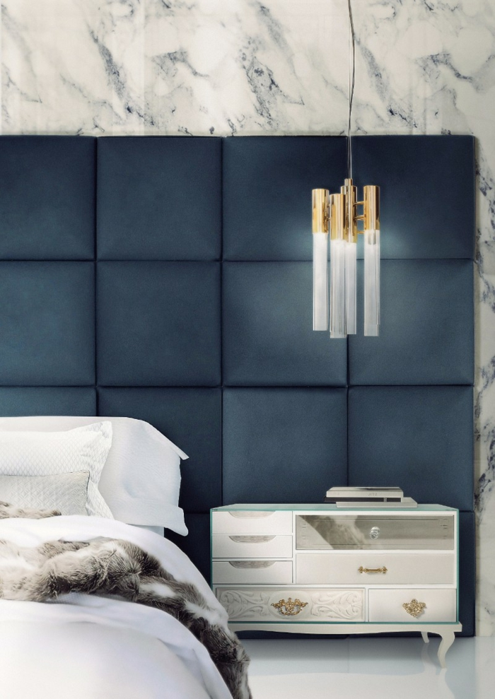 petite commode baroque blanche, lampe suspendue en blanc et doré, mur effet marbre, décoration chambre adulte moderne