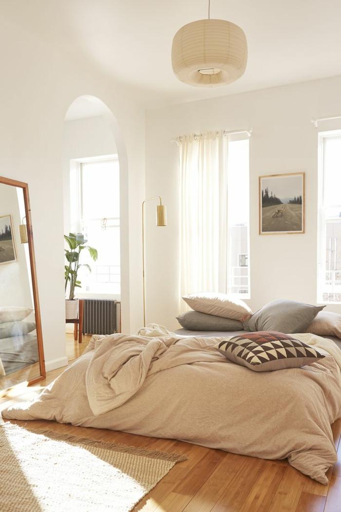 idée déco chambre parentale, literie pêche, grand miroir encadré, coussins motifs graphiques, peinture murale blanche