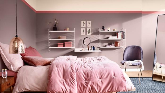 petites étagères blanches dans une chambre à deco romantique, murs roses, literie rose, lampe cuivrée suspendue, tapis bleu
