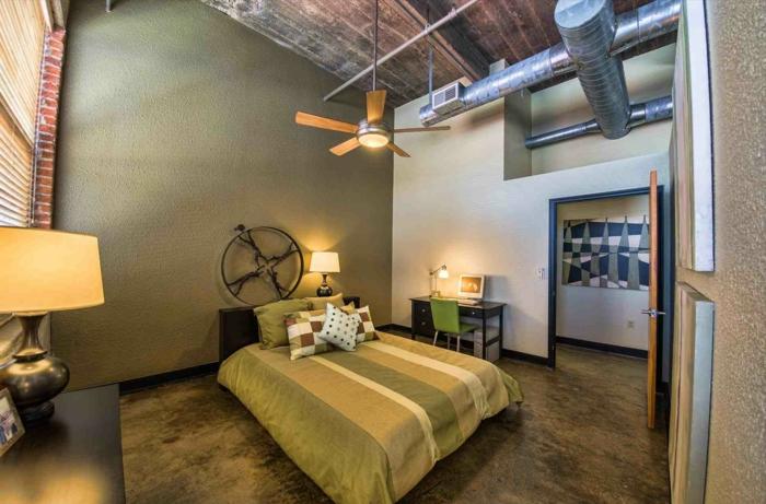 intérieur industriel, plafond style loft, deco chambre enfant garcon tapis vert d'olive