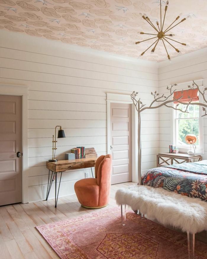 style de décoration douillet en blanc et rose, deco chambre parentale, petit bureau industriel, fauteuil velouté rose