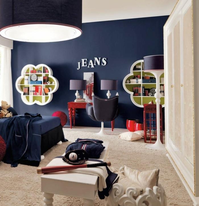 peinture chambre enfant, lampe suspendue, étagère forme originale, mur bleu foncé, petit bureau rouge, table basse blanche