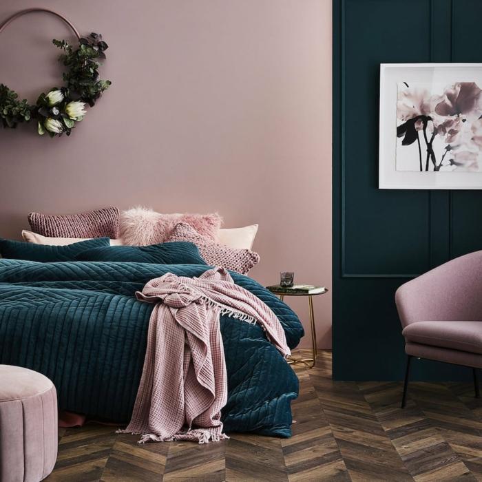 peinture chambre adulte rose, tabouret et fauteuil rose, parquet chevron, couronne décorative plante artificielle, peinture abstraite
