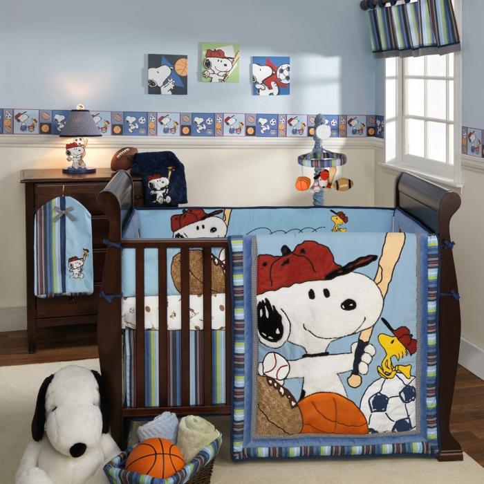 chambre garcon bebe, idee deco chambre garcon, lit bébé bois foncé, parure de lit sympa