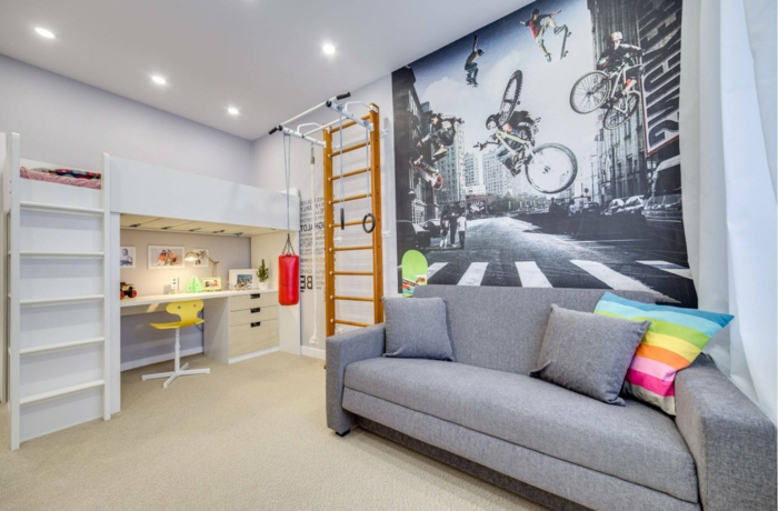 grand poster mural, échelle, lit avec bureau et escalier blanc, sofa gris, spots au plafond, idee deco chambre garcon