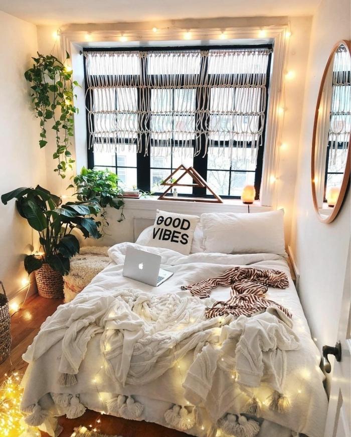 deco chambre parentale miraculeuse, miroir rond encadré, plantes vertes, guirlande lumineuse, coussin avec script