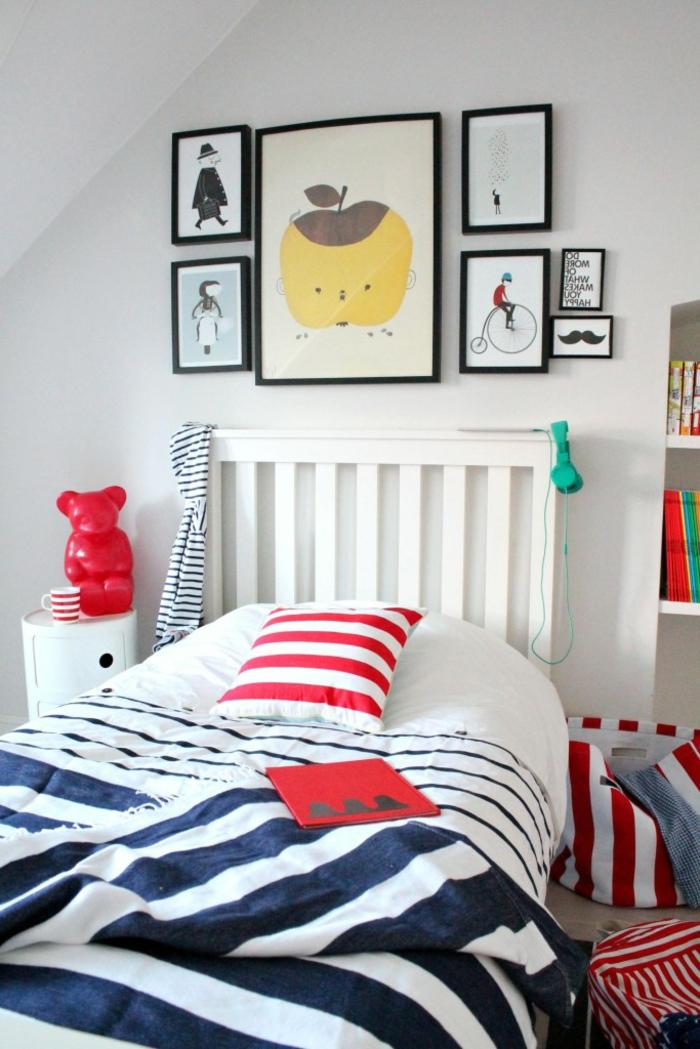 deco chambre enfant garcon, lit en bleu et blanc, coussin à rayures, cadres peintures, touches de couleurs radiantes