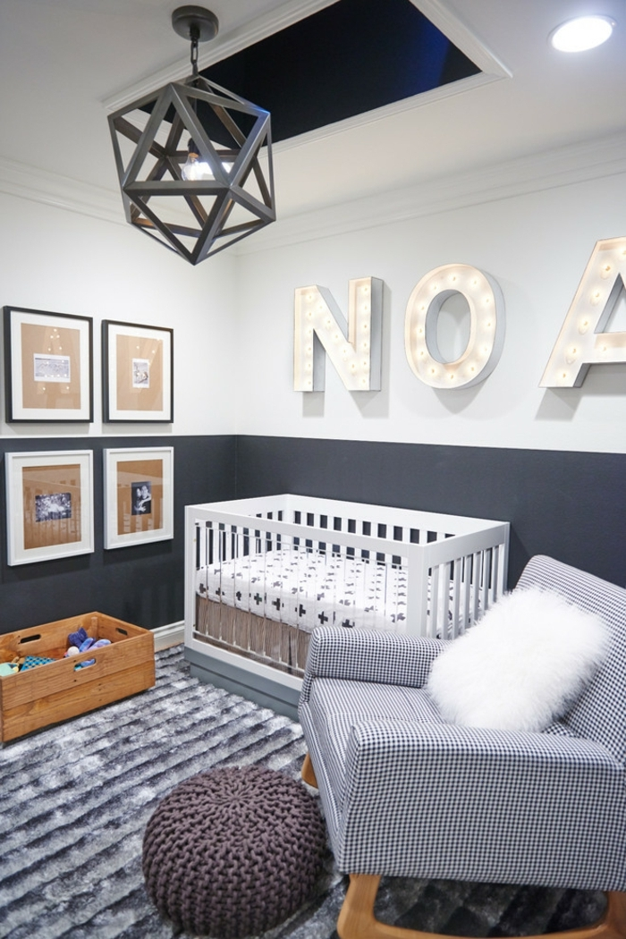 quelle peinture chambre garçon, chambre garcon bebe, tapis gris moelleux, plafonnier moderne géométrique, fauteuil gris clair et pouf