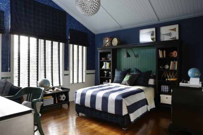 plafonier boule, parure de lit rayée, sol en bois laqué, bureau blanc, plafond blanc, peinture murale bleu foncé