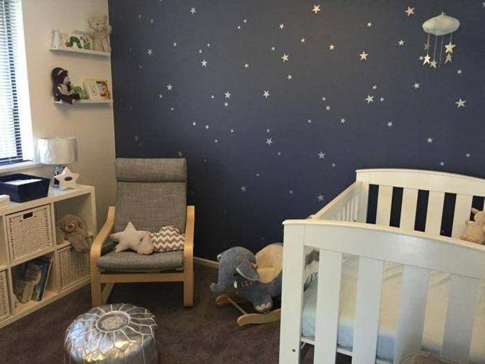 mur ciel étoilé, chaise grise, lit bébé blanc, pouf marocain argenté, berceau éléphant