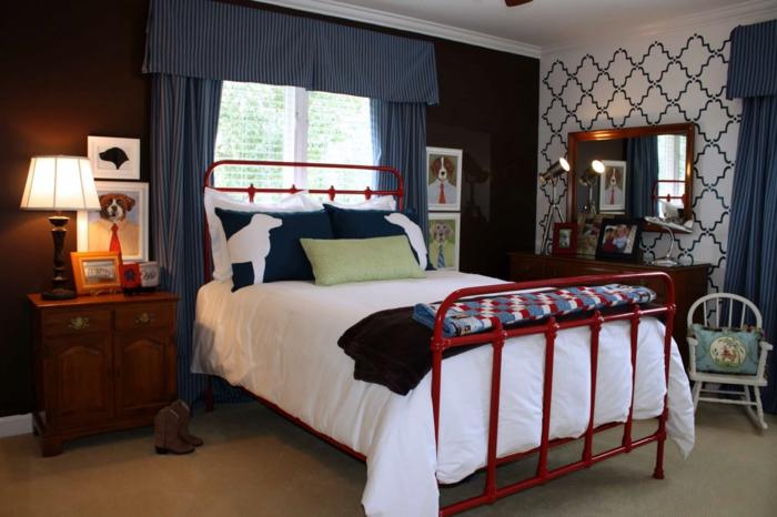 décoration vintage chambre garcon ado, papier peint motif baroque, chevet de bois, lampe abat-jour