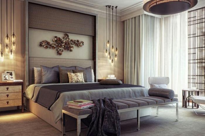 lampes pendantes, décoration murale en métal, grand lit gris, grand plafonnier, chambre élégante