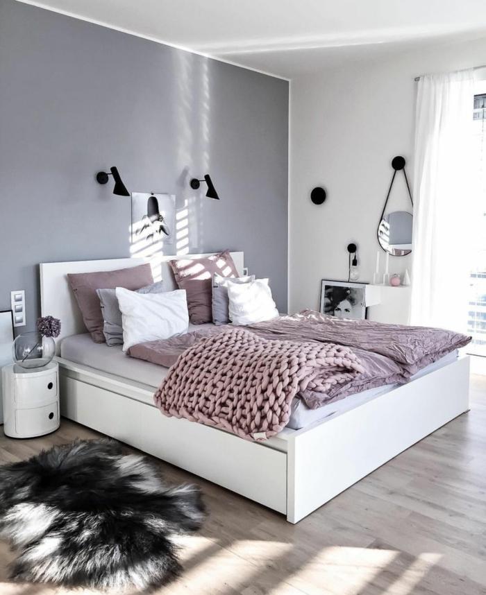 deco romantique dans la chambre à coucher, chambre gris et rose, miroir rond suspendu, plait tricoté rose, mur gris, appliques noires