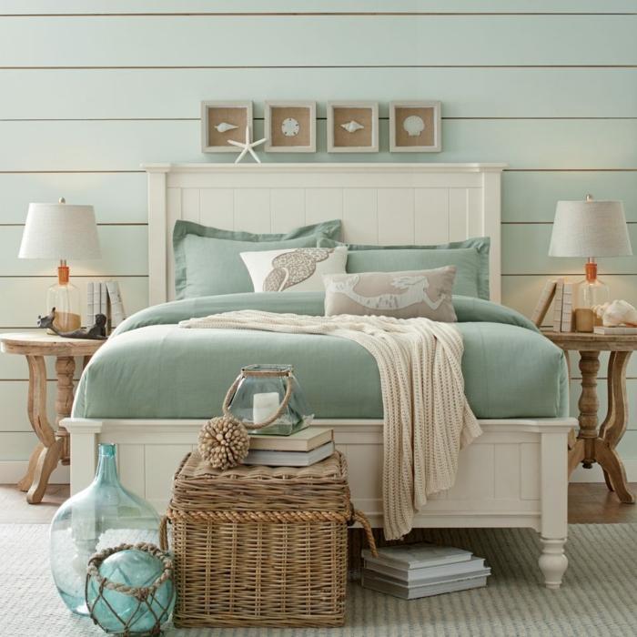 idée déco chambre parentale, lit en bleu et rose, panier en osier, objets déco turquoises, deux chevets en bois