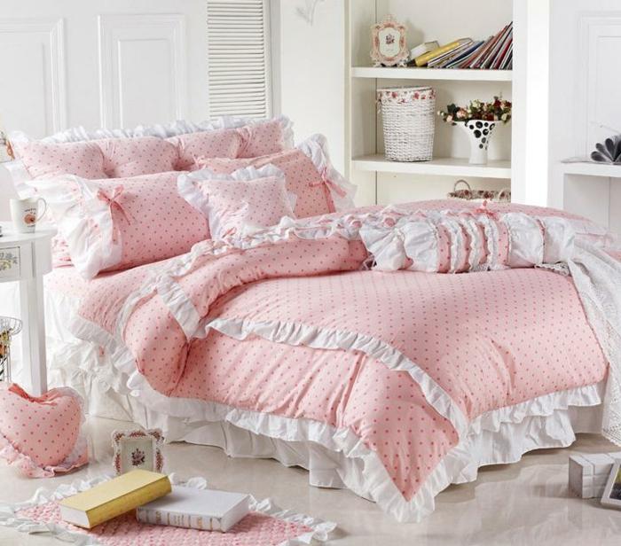 lit rose pointillé, coussins pointillés, petit coussin en forme de coeur, étagère intégrée blanche, tapis clair