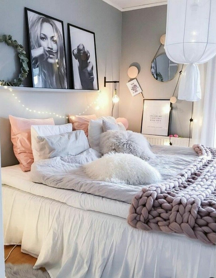 deco romantique chambre à coucher, coussins roses et blancs, portraits monochromes, tablette blanche, plaid grande maille