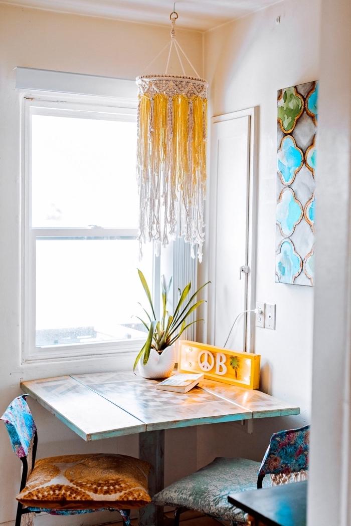modèle de lustre DIY en structure abat jour et corde en noeuds macramé, déco de style boho éclectique en objets colorés