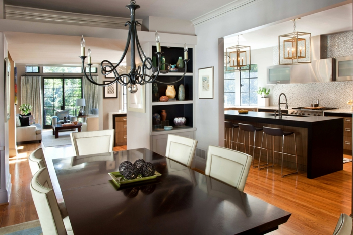 quelle separation cuisine salon, bar de cuisine, table noire rectangulaire, chaises blanches, chandelier