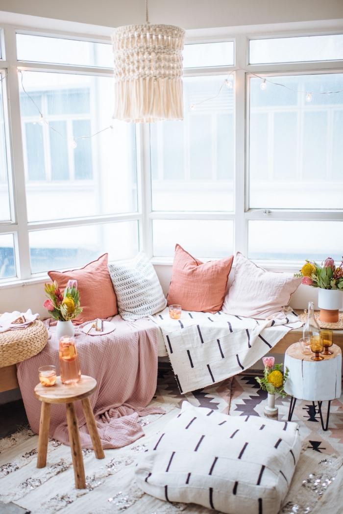 modèle de lustre en macramé fait main, déco bohème chic moderne dans un salon aux grandes fenêtres et meubles de bois clair