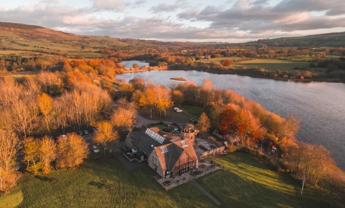 les rives magnifiques d'une rivière aux eaux calmes, chateau près de la rivière, paysage d'automne