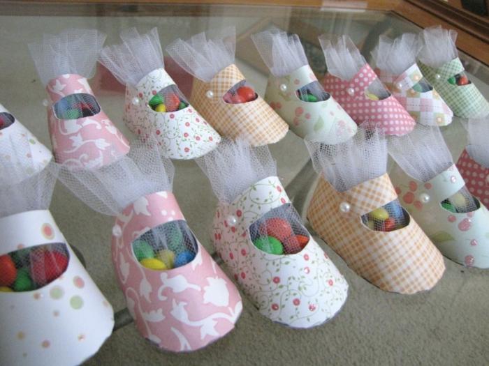 box future maman, chaussures en carton multicolore, tulle blanc, bonbons colorés Smarties, idée cadeau femme enceinte