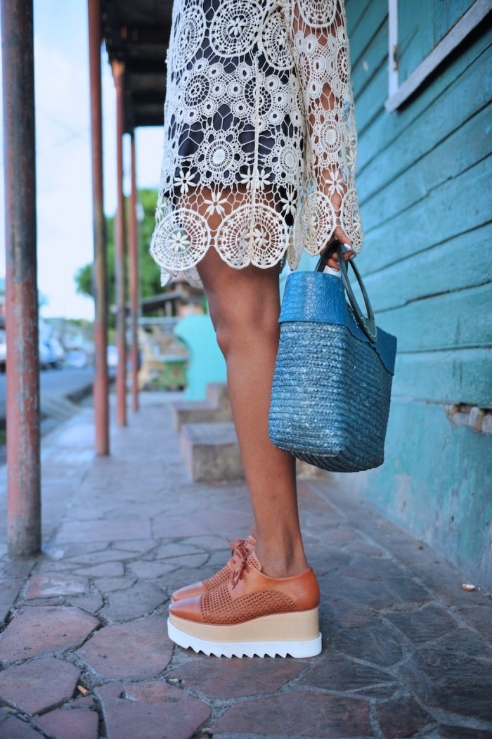 idée mode d'été pour femme en combishort foncé porté avec une paire de chaussures plateformes en beige et marron