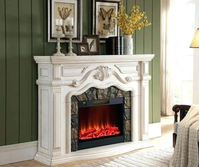décoration traditionnelle avec cheminée murale blanche, cheminée électrique à effets de flammes
