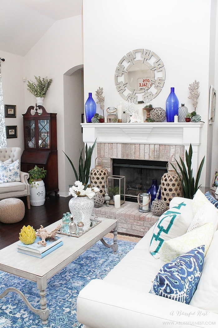 décoration de cheminée murale, bouteilles bleues, objets déco divers, tapis bleu
