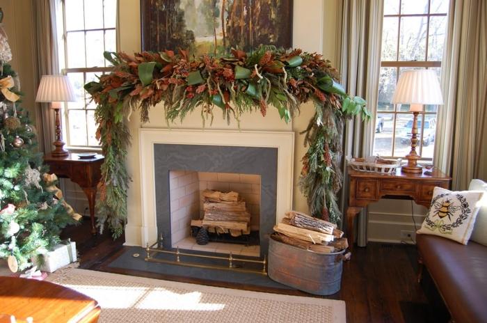 cheminée décorative en style traditionnel, déco de noel avec verdure, deux consoles en bois