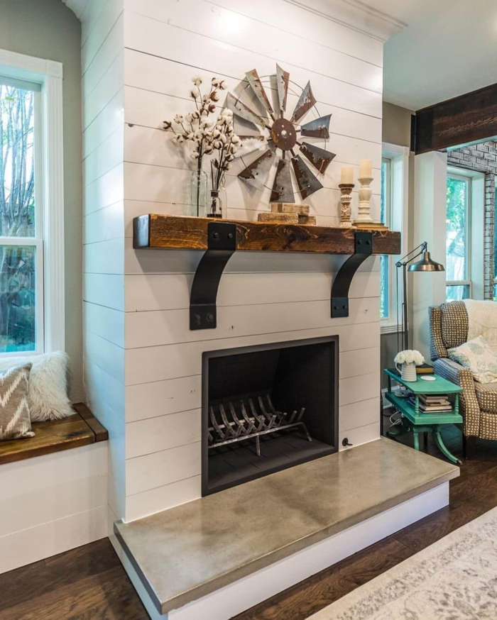 cheminée murale blanche, rayon de bois laqué sur le manteau de cheminée blanc
