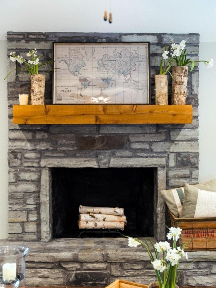 rayon de bois au-dessus de la cheminée, bûches de bouleau blanches, carte géographique