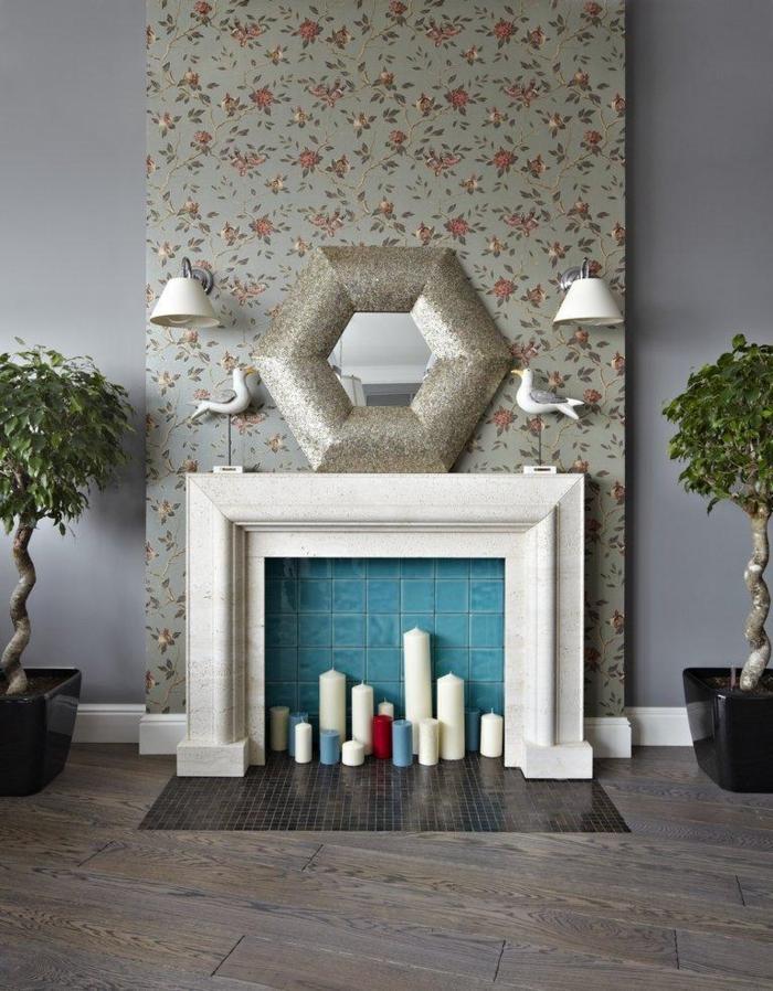 déco murale artistique, miroir hexagonal, lampes blanches, bougies de taille différente