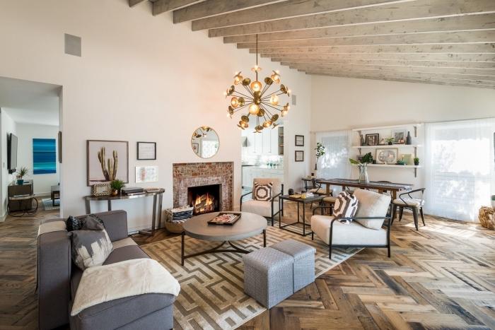 exemple comment décorer un salon de style traditionnel avec éléments ethniques et meubles en fer, modèle plafond en fausse poutre