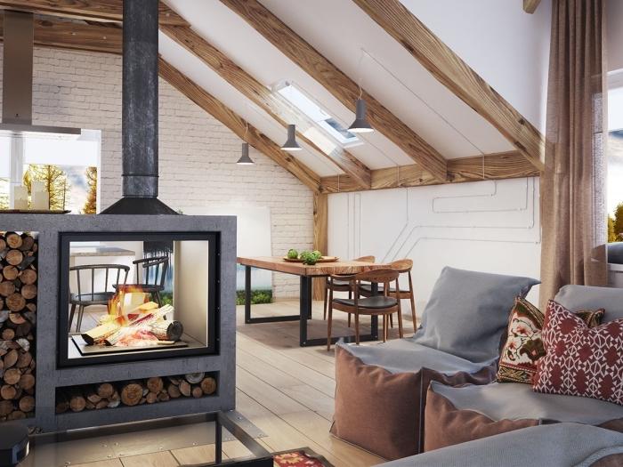 modèle de salon ouvert vers la salle à manger aménagé avec meubles en cuir et bois, idee pour refaire plafond avec peinture blanche et poutres exposées en bois