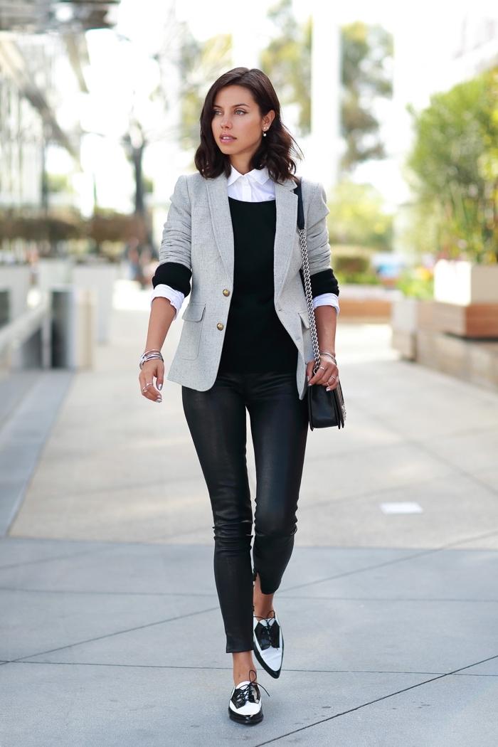 vision chic en pantalon slim noir combiné avec blazer gris et une paire de chaussures plats à design blanc et noir avec lacets derby