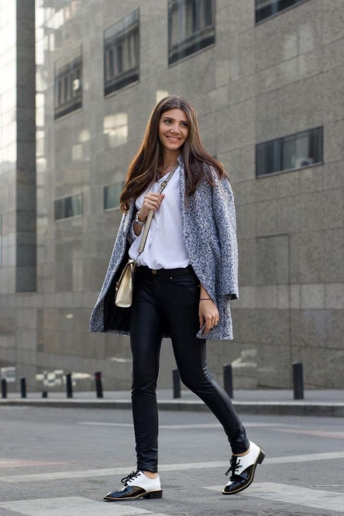 derbies femme look en pantalon slim noir et chemise blanche combinés avec un manteau gris et un sac à main doré