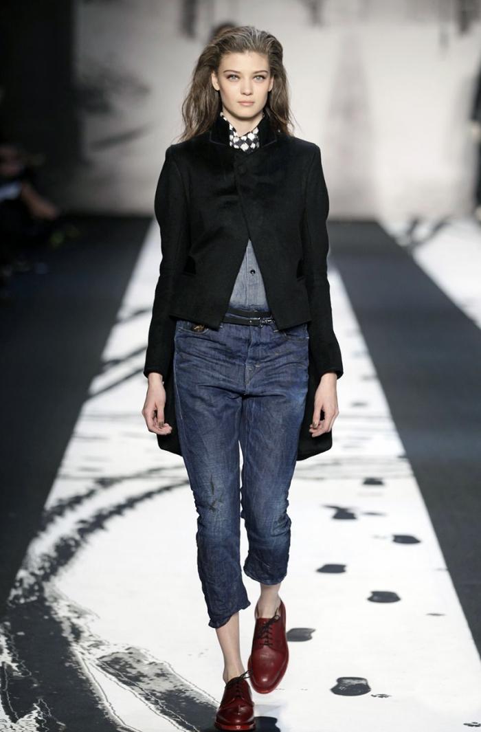 idée tenue avec derbies foncés, paire de jeans foncés avec manteau noir et chaussures derbys design masculin