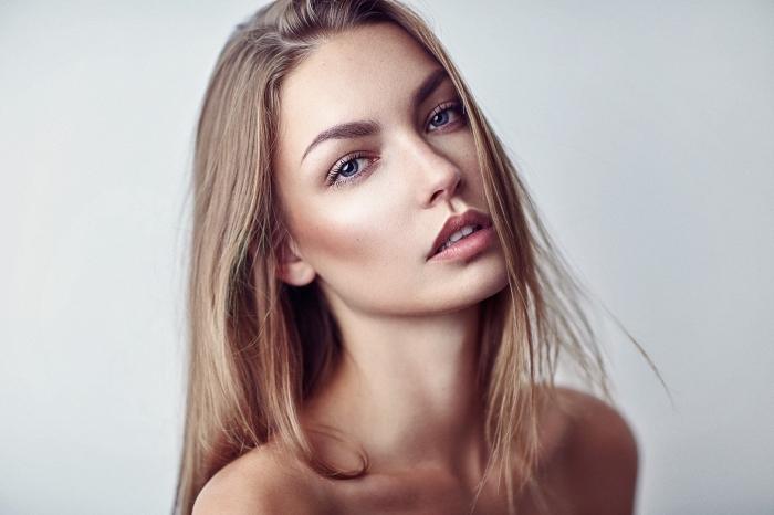 exemple de contouring léger avec illuminateur beige sur les joues, maquillage lumineux pour peau bronzée ou olive