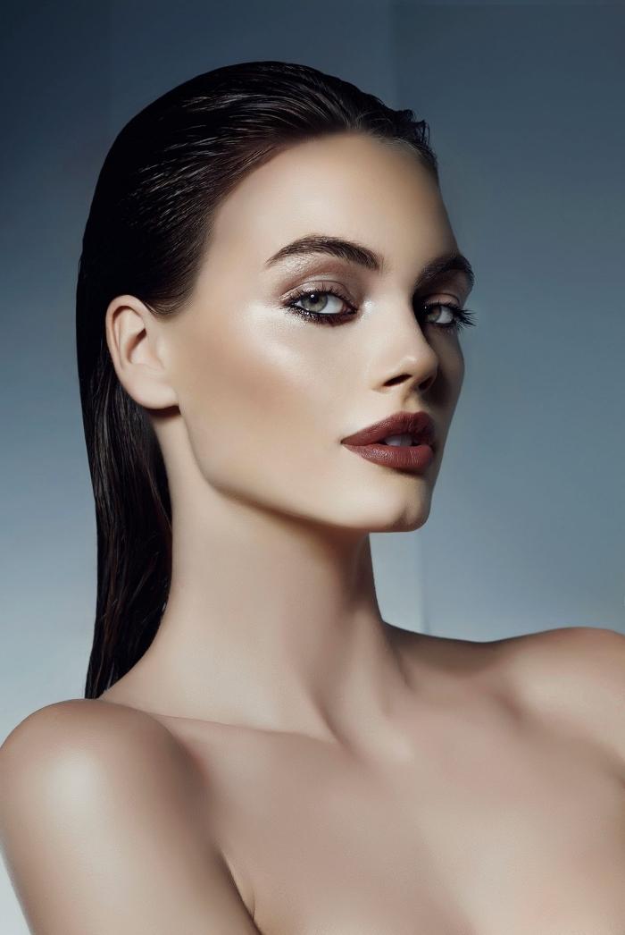 comment sculpter son visage pour affiner un grand front et joues, appliquer illuminateur pour donner éclat au visage peau olive