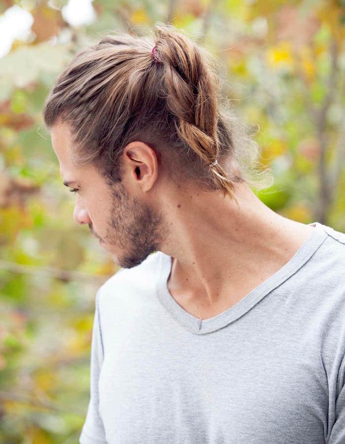 Tresse homme blond aux cheveux longs avec queue de cheval tressée et barbe 3 jours