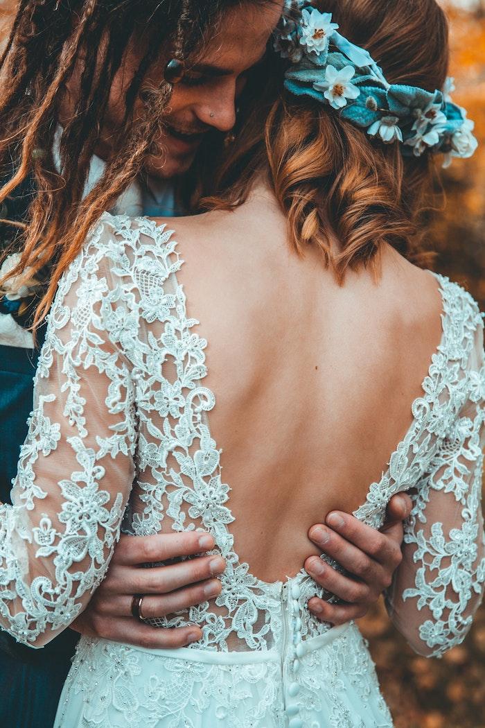 Coiffure femme mariage champetre chic, le style hippie chic pour la coiffure simple pour mariage, coiffure bohème en boucles pour cheveux mi longs