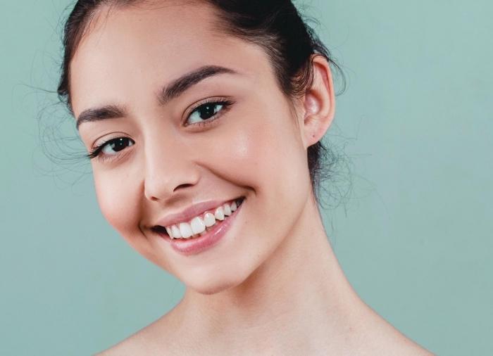 joli maquillage naturel pour peau légèrement bronzée et yeux marron foncé, technique de contouring visage facile
