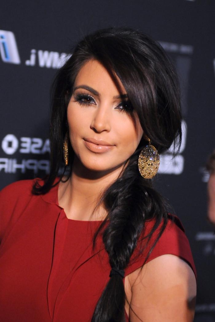 coiffure de célébrité de Kim Kardashian aux cheveux longs ramassés en tresse épi de côté avec mèches tombantes