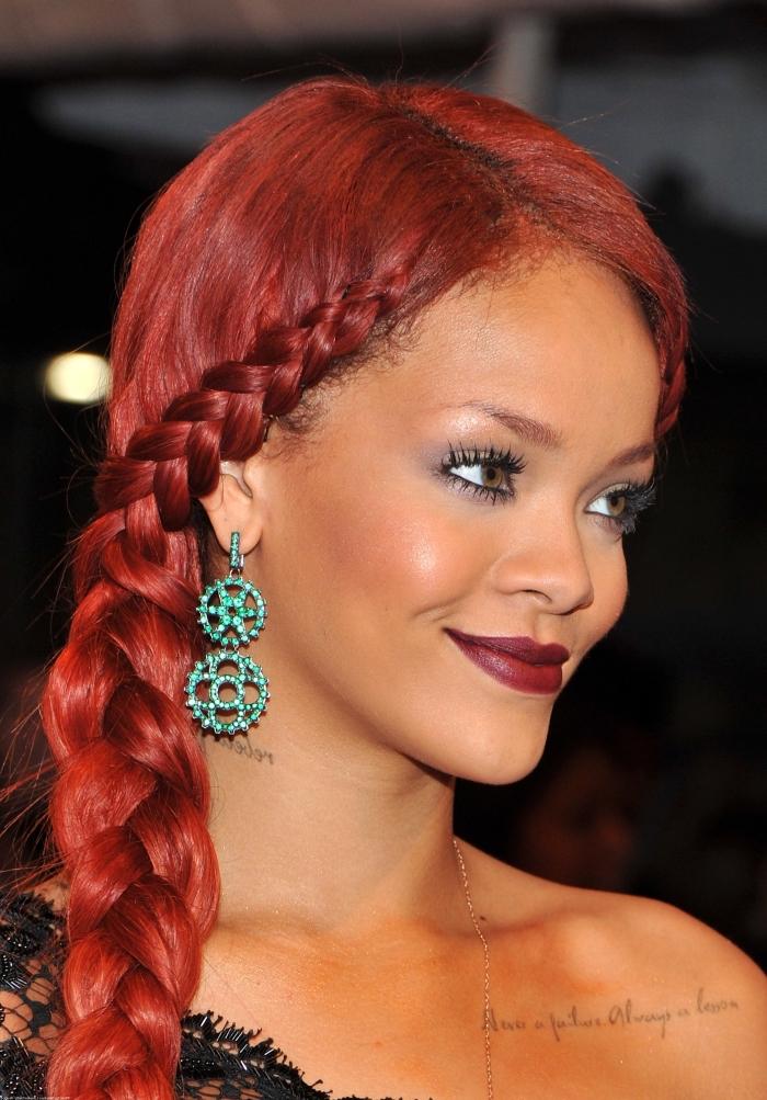 coiffure de Rihanna aux cheveux longs rouges attachés de côté, exemple de coiffure avec tresse africaine sur le coté