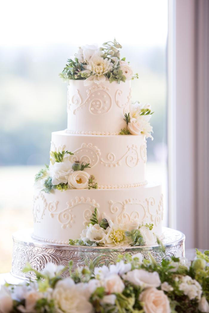 Wedding cake mariage blanche, image de gateau joli avec décoration fine de pâte à sucre blanche, les gateaux mariage, gateau americain mariage