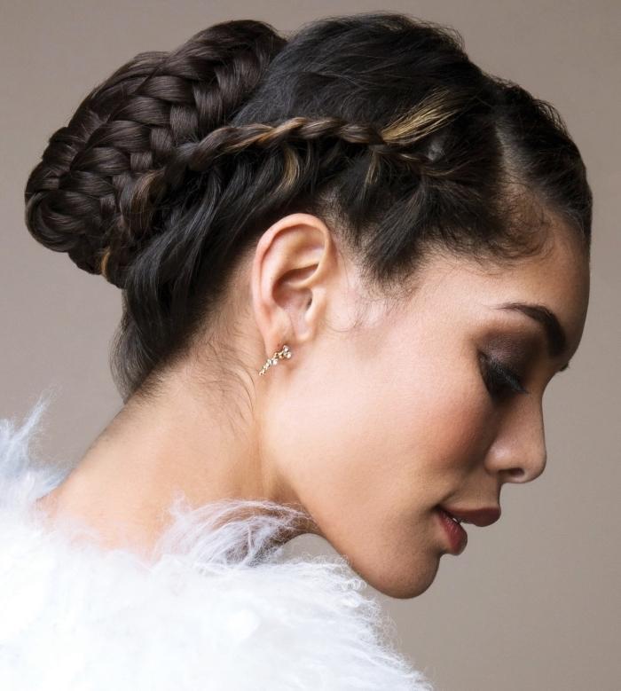 look élégant et style avec une coiffure aux cheveux attachés en chignon tressé, exemple coiffure avec tresse de côté