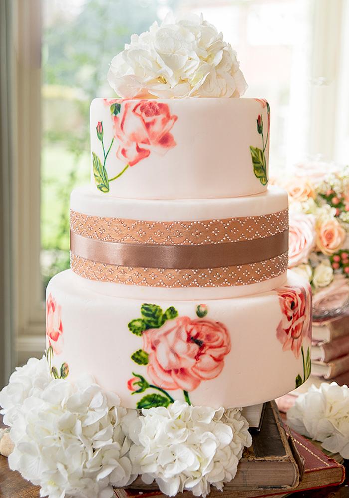 Gateau au chocolat blanc couvert de pate à sucre rose pale avec dessins de roses, image de gateau pièce montée mariage choux, comment décorer un gateau