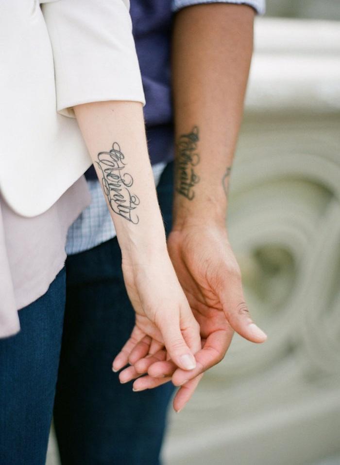 Phrase éternité tatouage joli font, idée tatouage de couple, tattoo romantique sur la main pour le mariage